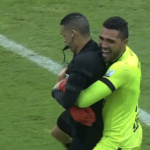 Álvaro Montero le ganó la emoción y abrazó al árbitro Carlos Ortega, tras ser campeón con Tolima
